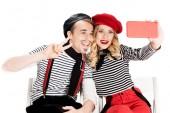 mosolyogva francia pár vesz selfie smartphone elszigetelt fehér