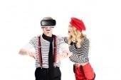 Mann mit Schnurrbart mit virtual-Reality-Kopfhörer in der Nähe von Angst Freundin isoliert auf weiss
