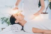 Fényképek oldalnézetből nyugodt fiatal nő kapott reiki gyógyító kezelés, a fej és a mellkas