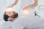 Oříznout záběr vousatý muž se zavřenýma očima léčby reiki léčení