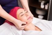 Kosmetikerin macht manuelle Gesichtsmassage für Frau im Schönheitssalon