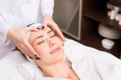 Fotografie kosmetička dělá ruční masáž žena blonde beauty salon