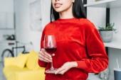 částečný pohled afroamerické ženy držící Sklenka vína