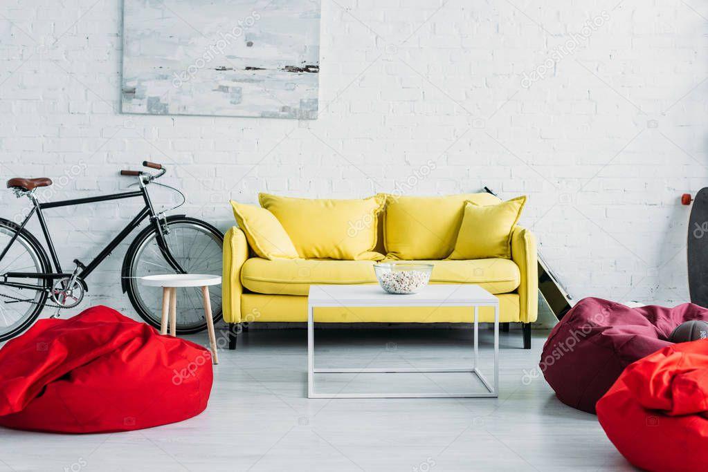 Gezellig Ingerichte Woonkamer : Ruime ingerichte woonkamer met gezellige zitzak stoelen comfortabele