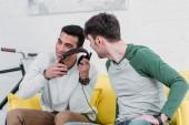 multikulturális meg szórakozás közben zenét hallgatni, a fejhallgató