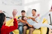Fotografie mnohonárodnostní přátelé baví a blbnout doma večírek