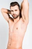 pěkný sexy muž představuje izolované na šedá