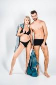 sexy Paar in Unterwäsche posiert mit Jeans grau