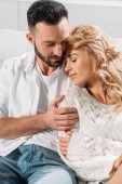 Barna fiatalember óvatosan átfogó göndör barátnője
