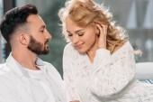 Uomo bello con la barba guardando fidanzata con amore
