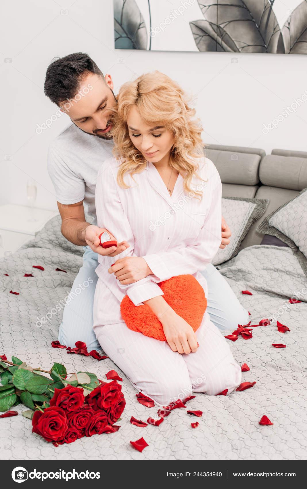 Bed Met Rozen.Knappe Man Zittend Bed Met Rozen Aantrekkelijke Vrouw Voorstellen