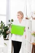 atraktivní žena držící zeleného recyklace, ekologické ukládání konceptu