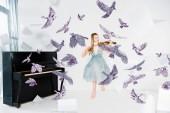 schwimmendes Mädchen in blauem Kleid spielt Geige mit Vögeln Illustration