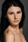 Portrét krásné nahé ženy s pihy na obličeji izolované Grey