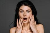 krásná šokovaná žena s pihy na obličeji izolované Grey
