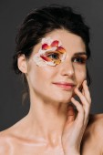 krásná usměvavá žena s květinovými lístky kolem očí izolovaný Grey