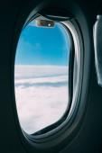 letounu okno s výhledem na modré oblohy, zataženo