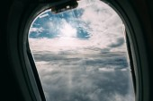 Photo airplane porthole with beautiful cloudy sky view