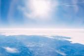 krásné jasné slunečné oblohy a pozemní letecký pohled