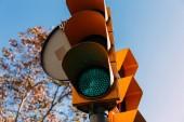 közlekedési lámpa, a tiszta, kék ég, a háttérben, barcelona, Spanyolország