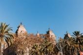 stará budova s věží za zelené stromy, barcelona, Španělsko
