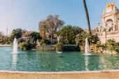 krásné architektonický celek a jezero s fontánami v parc de la ciutadella, barcelona, Španělsko