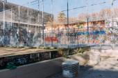 Barcelona, Španělsko – 28. prosince 2018:playground s vysokou kovové čisté plot a graffiti na zdi