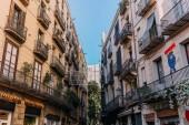 Barcelona, Španělsko – 28. prosince 2018: domy s balkony a graffiti na zdi