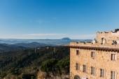 starý hrad a krásný výhled na kopce pokryté lesa, barcelona, Španělsko