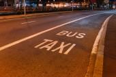 asfaltové vozovky s bílými znaky, nápisy autobus a taxi, barcelona, Španělsko