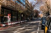 Barcelona, Španělsko – 28. prosince 2018: Široká ulice s zaparkovaného auta a jízdní kola