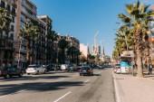 Barcelona, Španělsko – 28. prosince 2018: rušné ulice s automobily, budovy a zelené palmy