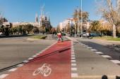Barcelona, Španělsko – 28. prosince 2018: široká vozovka s bikeway a označení