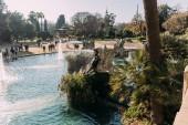 Barcelona, Španělsko – 28. prosince 2018: krásné jezero s fontánami v Parc de la Ciutadella