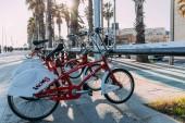 Barcelona, Španělsko – 28. prosince 2018: zaparkovaných kol na slunečné ulici s zelených palem