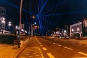 Barcelona, Španělsko – 28. prosince 2018: Noční scéna města vozovky zesvětlí s lampióny