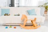 moderní design interiéru obývacího pokoje s pohovkou, auto hračky a dřevěný Houpací kůň