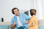 Boldog Apák óvodás fiával, fejhallgató, zene otthon