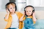 rozkošný bratři poslech hudby ve sluchátkách doma