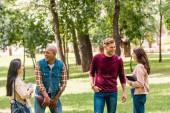 dívky s veselým multikulturní studenty stoje s knihami v parku