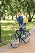 Fotografie Veselá africká americká muž v jízdě kole sluneční brýle