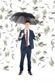 usmíval se podnikatel v obleku s deštníkem ukázal za peníze déšť