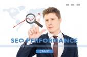 úspěšný podnikatel v obleku ukazující prstem na seo výkon ilustrace na bílém pozadí