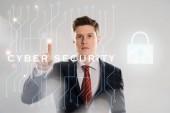 magabiztos üzletember ruha cyber security illusztráció előtt a ujjal mutat