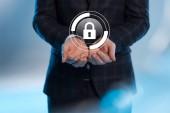 částečný pohled podnikatel s rozpřaženýma rukama a internet zabezpečení ikony nad na modrém pozadí