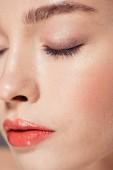 oříznutý pohled na ženu s trendy make-upu pózuje se zavřenýma očima