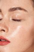 Fényképek zár-megjelöl-ból fiatal nő csukott szemmel, a korall ajkak és a nedves bőrre