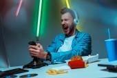 szelektív középpontjában a dühös Cyber sportember a fejhallgatót játék videojáték joystick