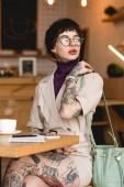 gyönyörű, divatos üzletasszony a szemüvegek szütyőt és keres el