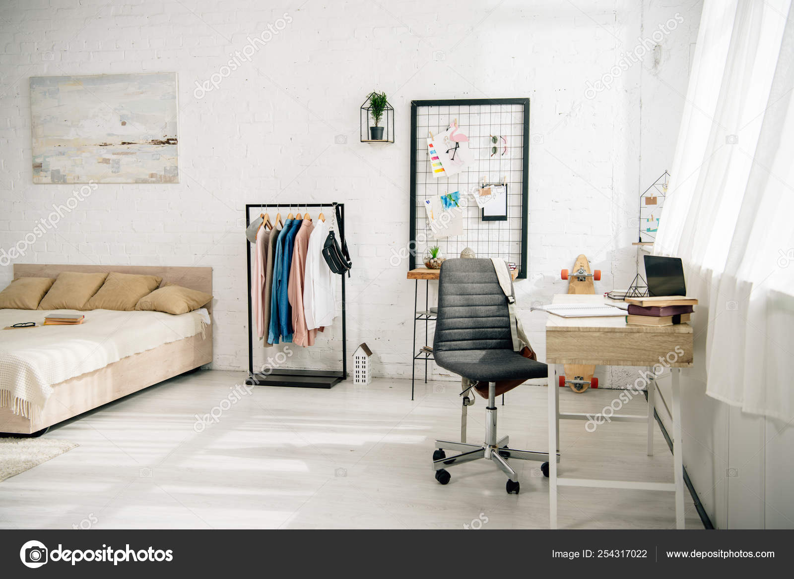 Gemütliches Schlafzimmer Mit Großem Bett Und Arbeitsplatz ...